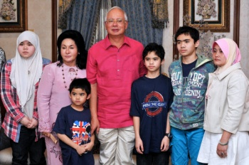 Najib and wife pose for a photo with the children – Aishah (left), Ammar (second right), Adam (third right), and Arif (third left) – together with their auntie Shaleena Norshal (right) on Feb 1, 2014. BERNAMA